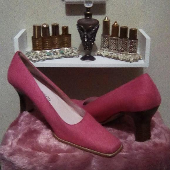 05a1e1988522 Bisou Bisou Shoes - NWOT-Bisou Bisou Pink Canvas Pumps